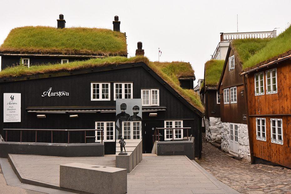 De Faeröer - Grasdaken in het oude deel Tórshavn
