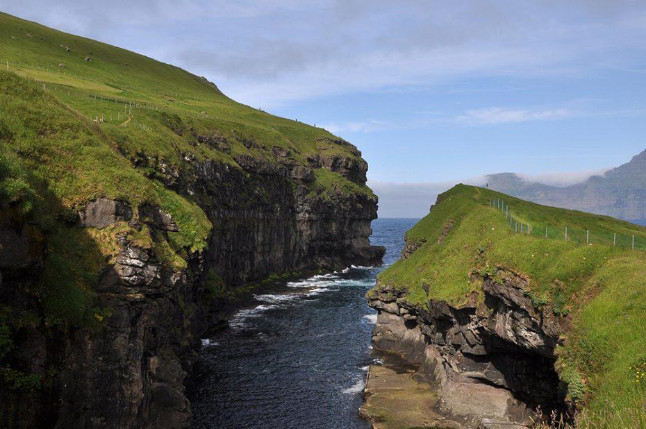 De Faeröer - In de baai bij Gjogv op het eiland Eysturoy