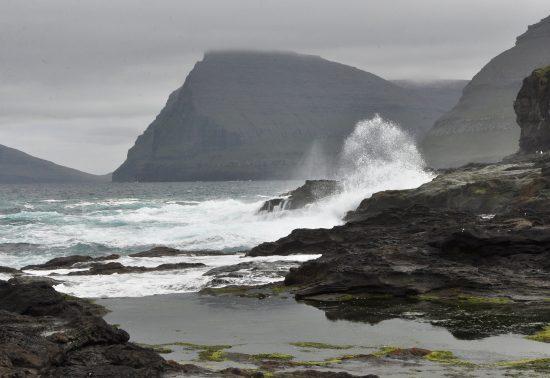Een beukende oceaan in het noorden van het eiland Vidoy