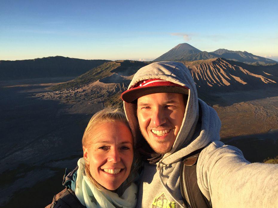 Kirsten en Léon met de zonsopgang bij de Bromo Vulkaan