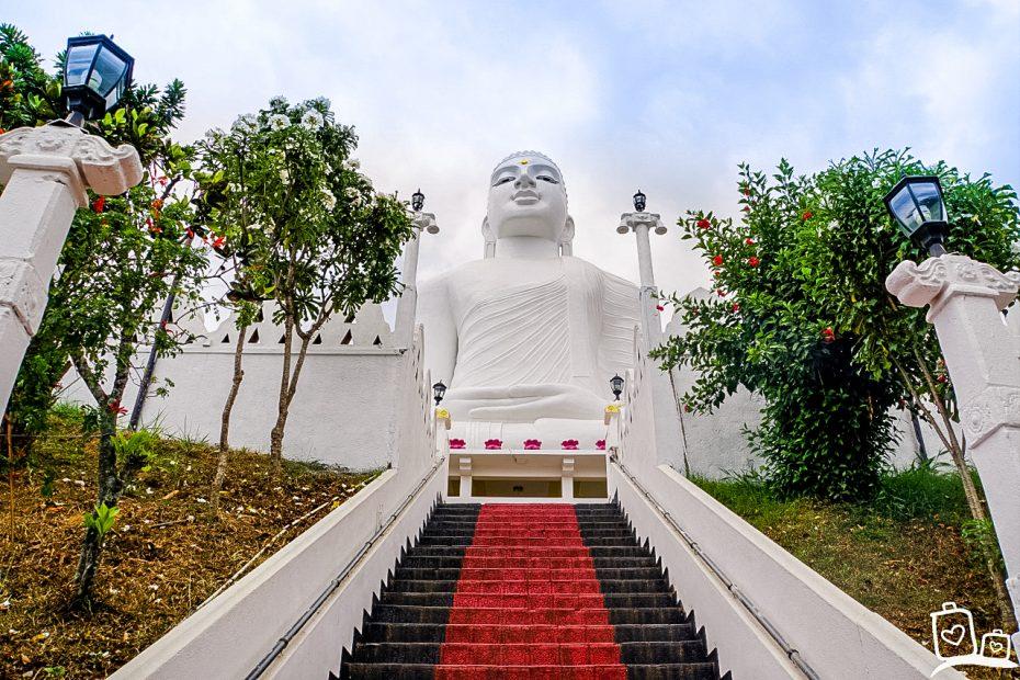 Bezoek het Bahiravokanda Vihara Boeddha-beeld op de berg