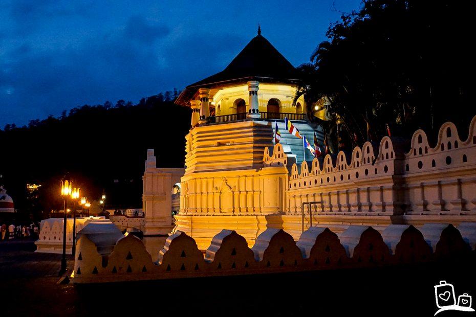 Tempel van de Tand in de avond