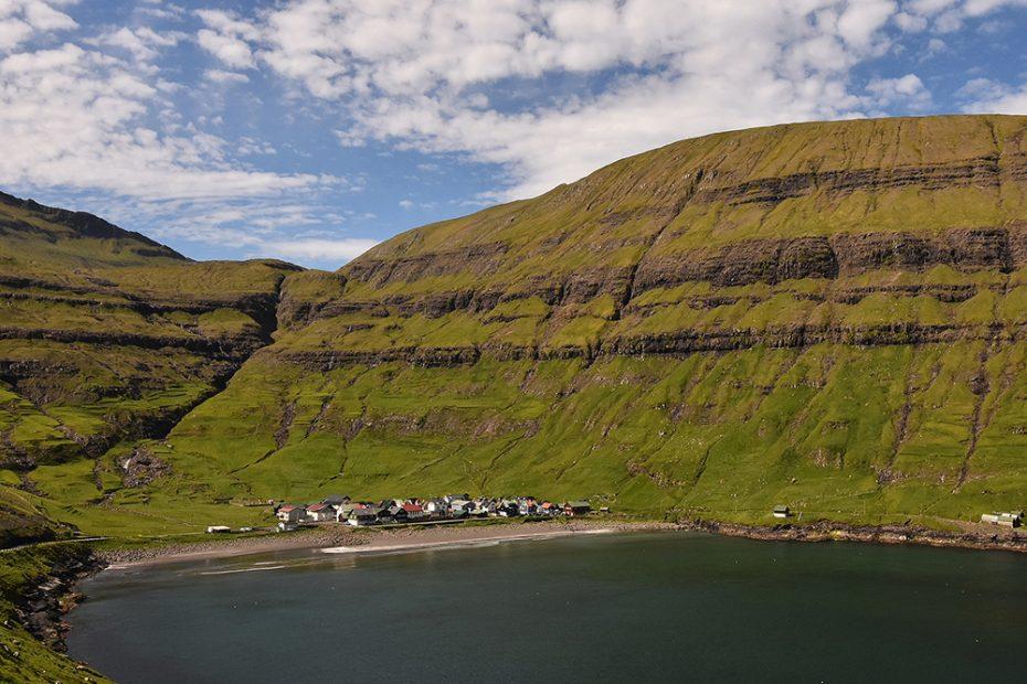 De Faeröer, de grasbedekking op de bergen van de Faerøer hebben een kenmerkende structuur