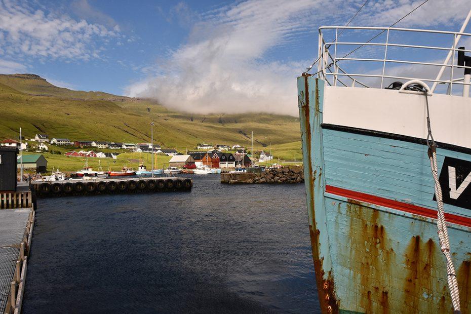 De Faeröer - Een van de vele kleine plaatsjes aan de fjorden tussen de eilanden bij de fjorden bij Streymoy