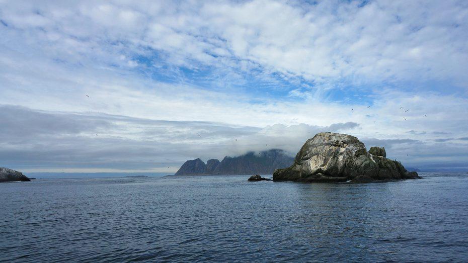 Mooie wolkenvelden tegen de steile rotsen