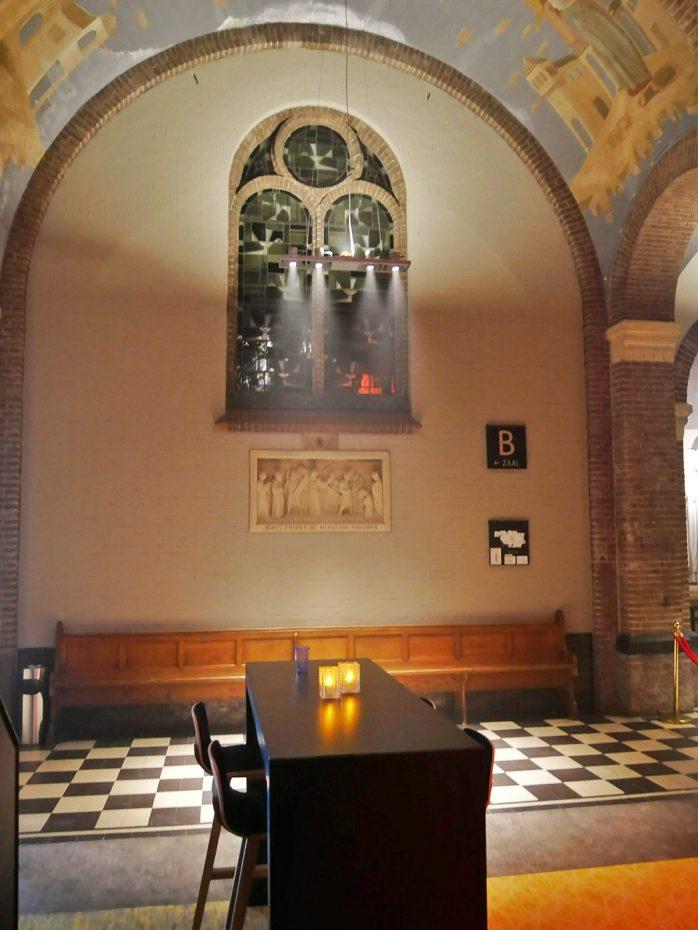 Oude elementen van de kerk zichtbaar in het café
