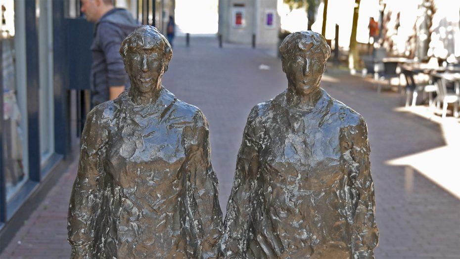 Bronzen beeld: winkelende dames