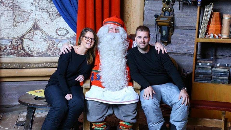 Op de foto met de kerstman in Lapland.