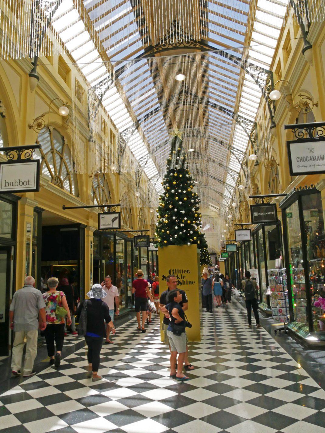 Een mooi versierd winkelcentrum