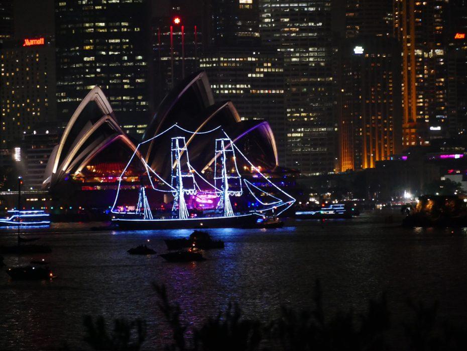 Verlichte bootjes tijdens New Years Eve Sydney