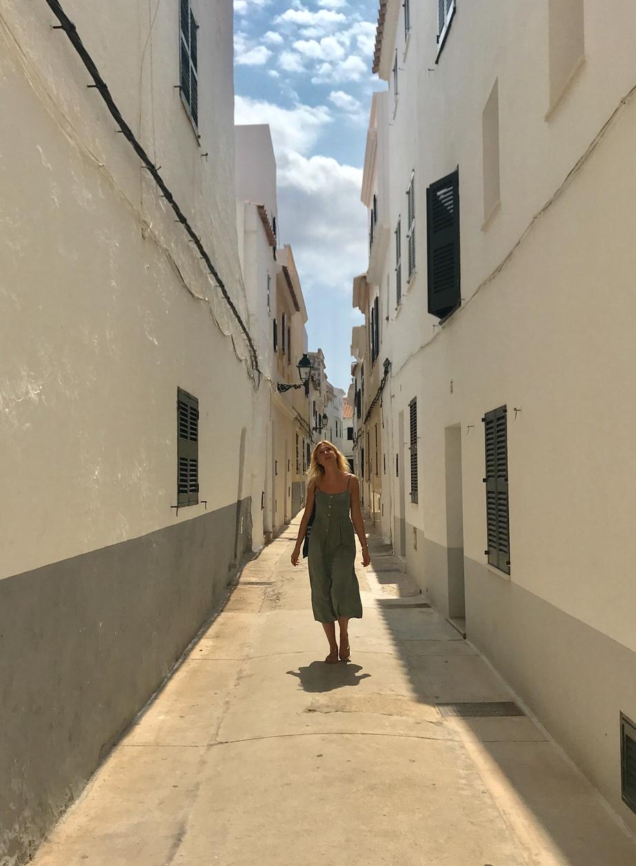Lara in een straatje op Menorca