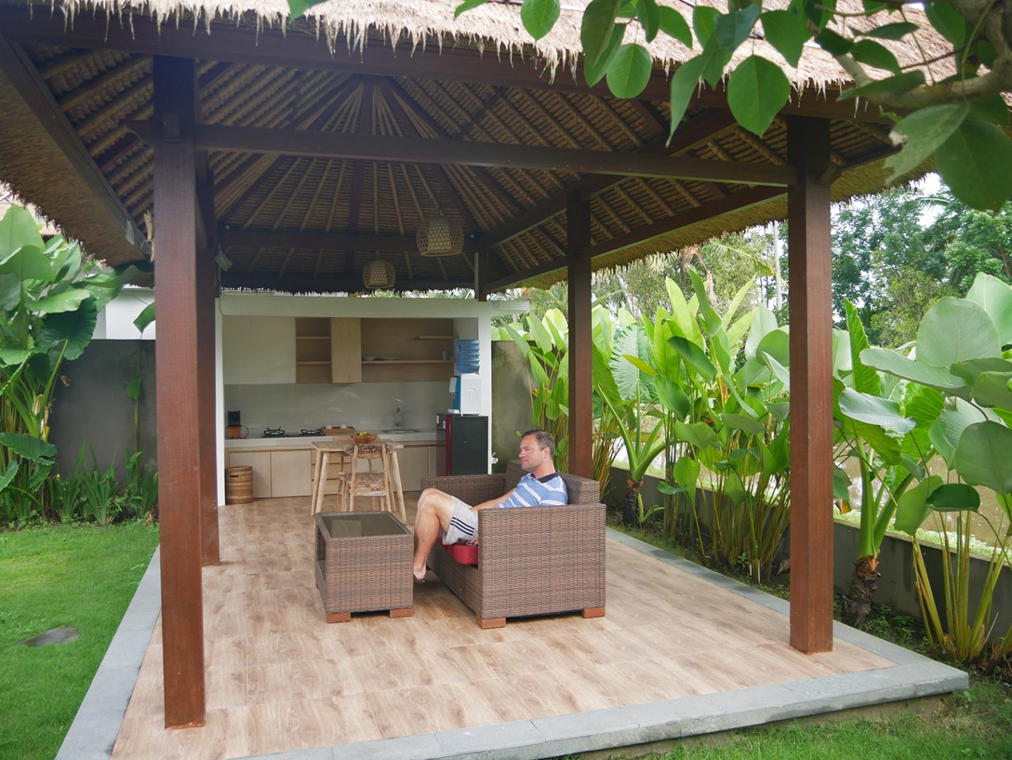 Groot terras met keuken en loungeset