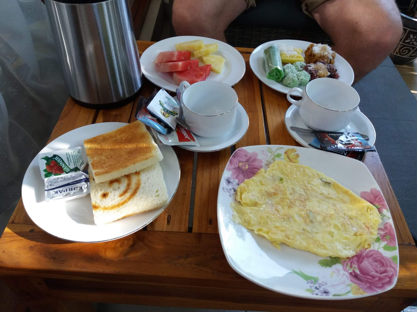 Nog even ontbijten, voordat we opgepikt worden voor de tour