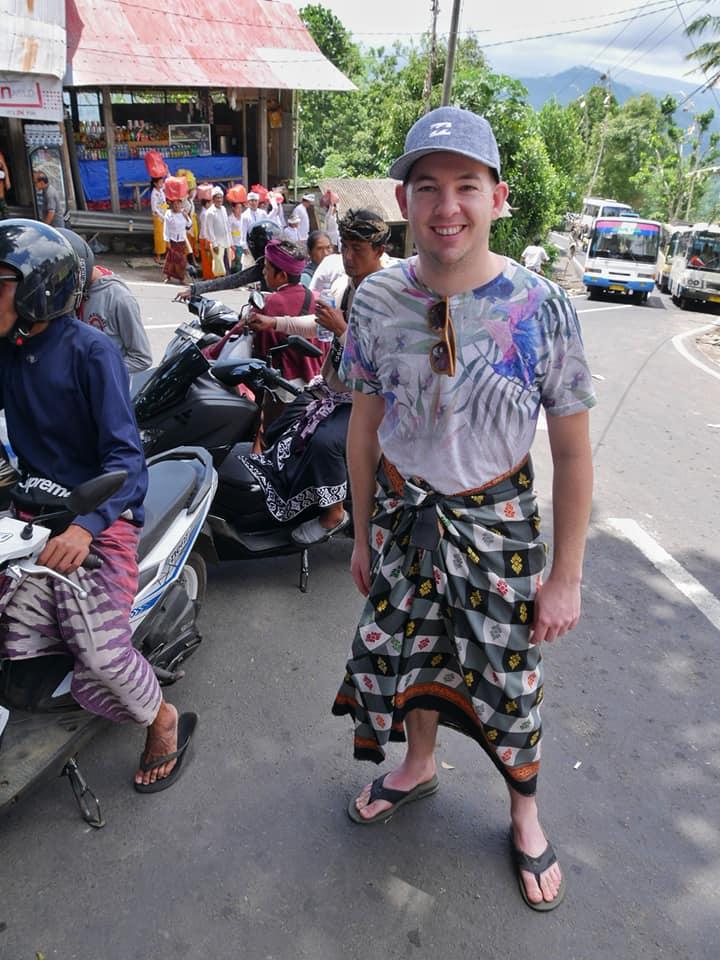 Jesper krijgt een sari om, Lempuyang Temple, Bali