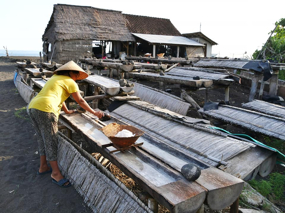 Balinese vrouw is bezig met het zeezout