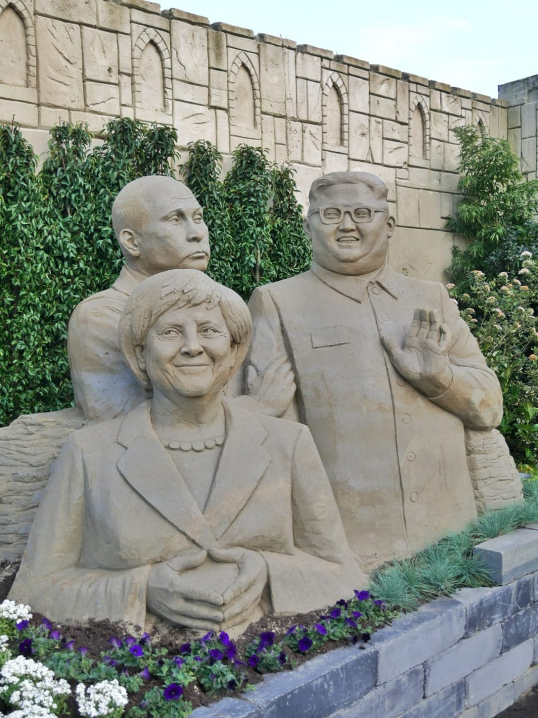 Begroet wereldleiders zoals Poetin, Merkel en Kim Jong-un