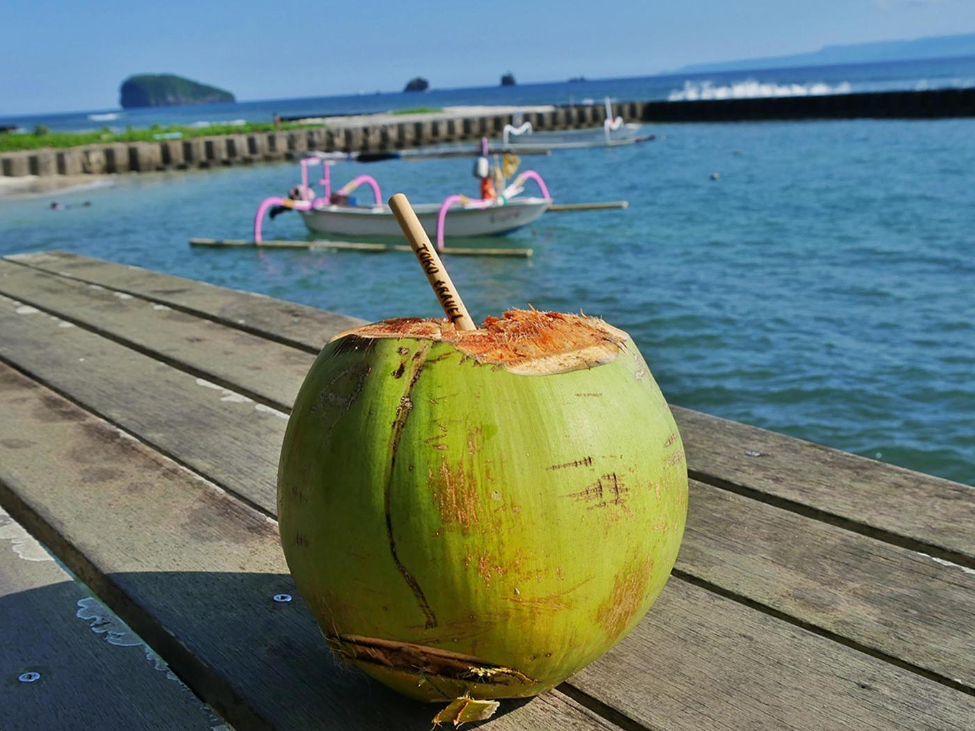 Uit een kokosnoot drinken tijdens onze vorige tour!
