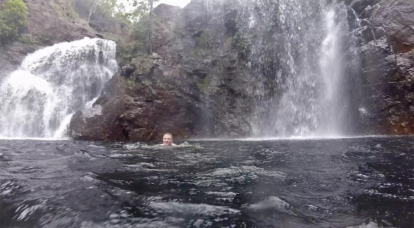 Martin neemt een duik in de pool
