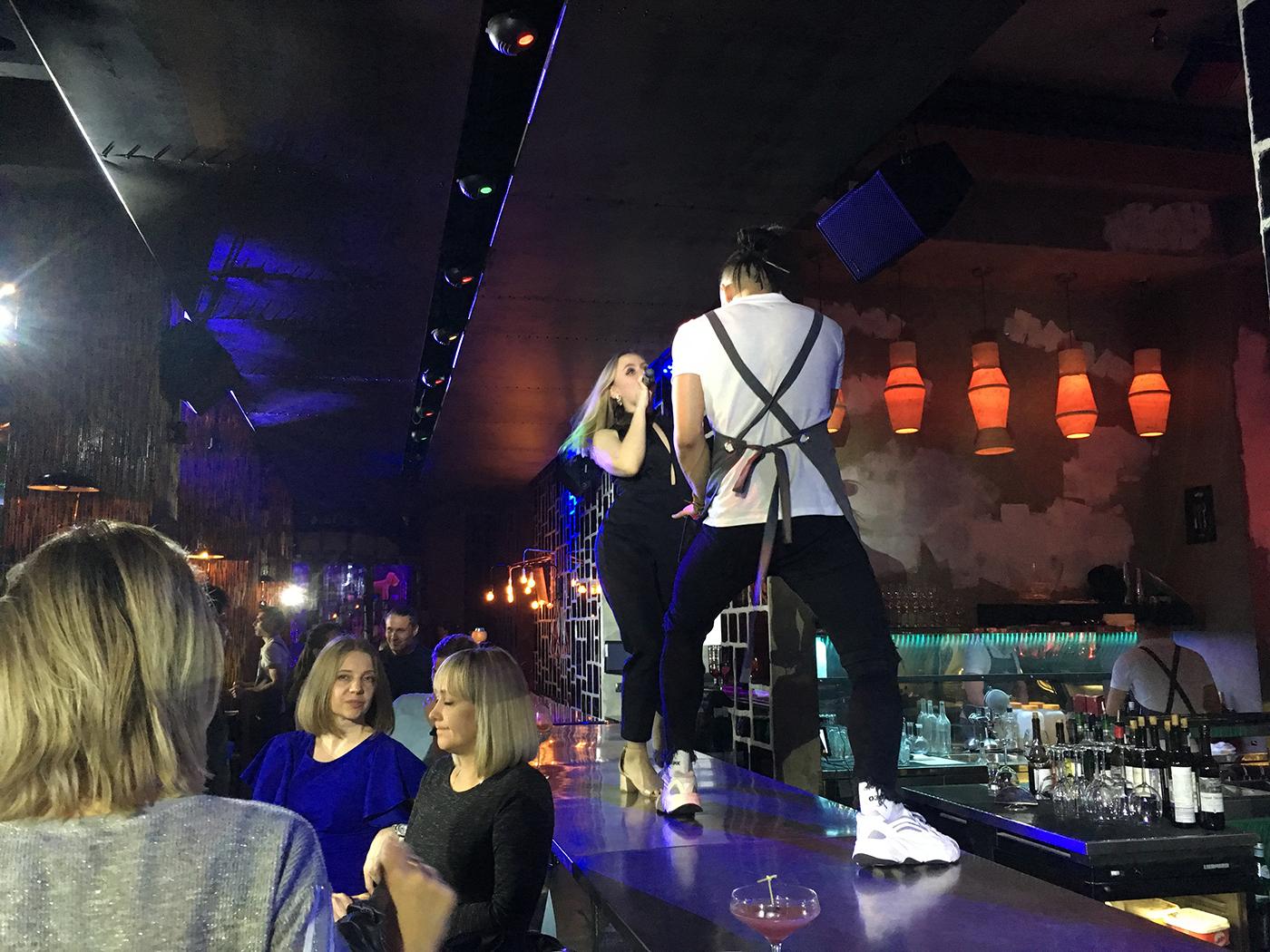 Zingende bediening in 'The Waiters' - bezienswaardigheden stedentrip Moskou