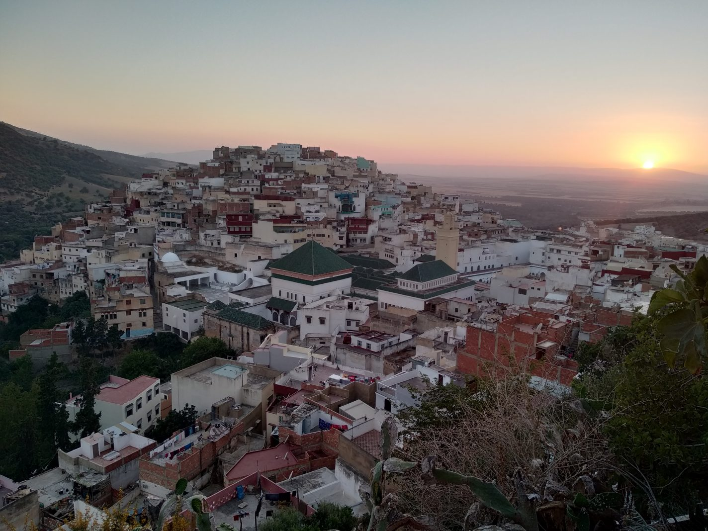 Zonsondergang met uitzicht op een deel van Moulay Idriss