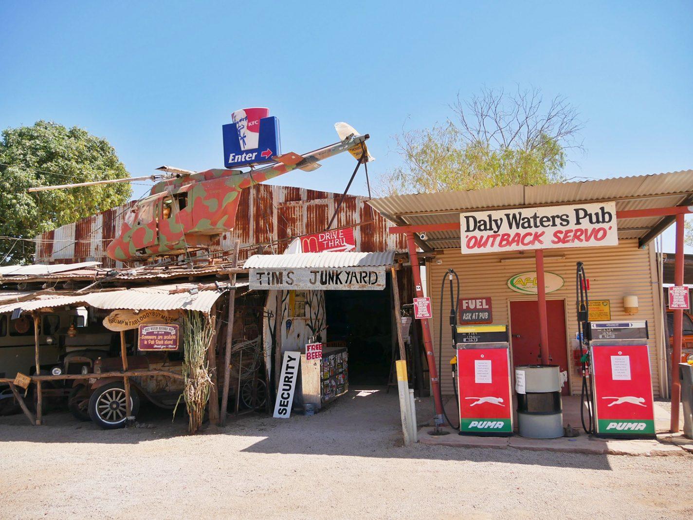 Tankstation tegenover de pub