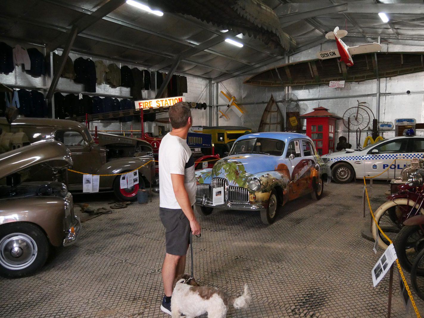 Oude auto's zijn er ook te vinden. Net zoals de politieauto uit de film Wolf Creek