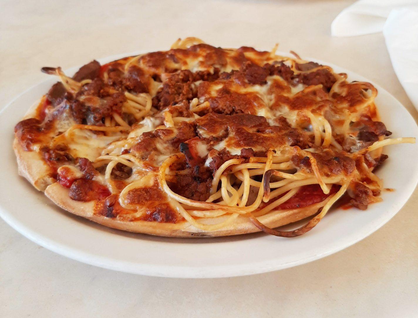 Spaghetti pizza van John's Pizza Restaurant