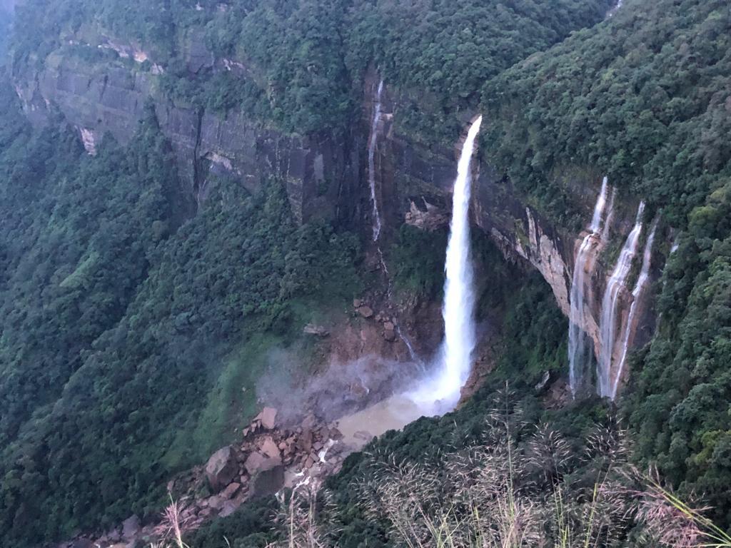 De 7 sister watervallen - de hoogste waterval van India