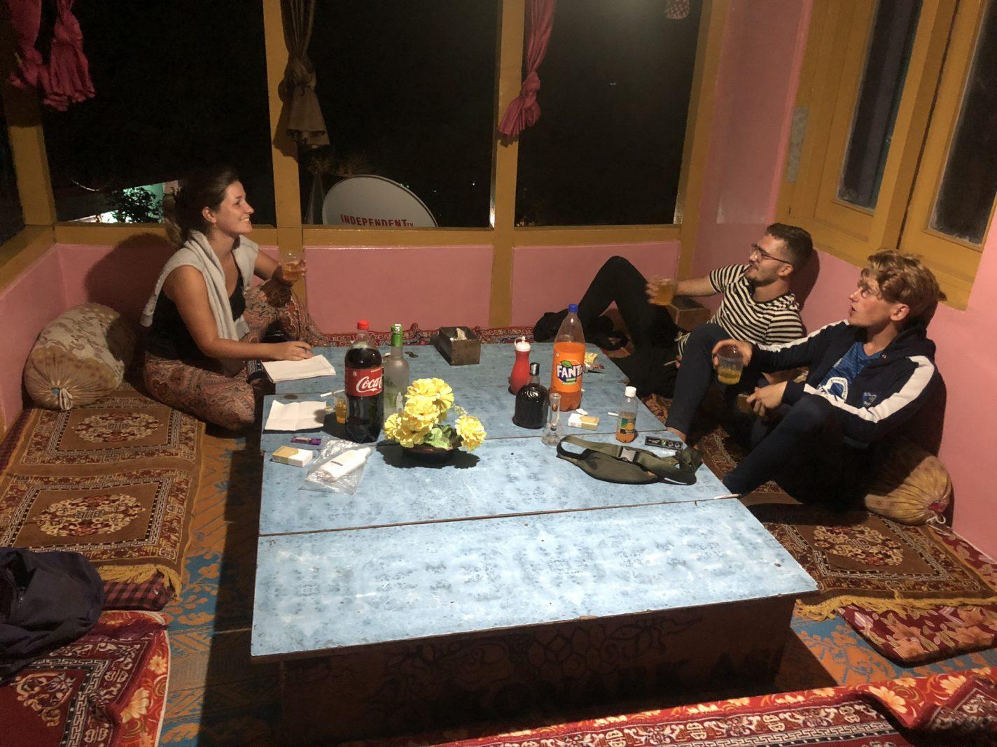 Lekker chillen tijdens een typisch Indisch avondje - Himachal Pradesh
