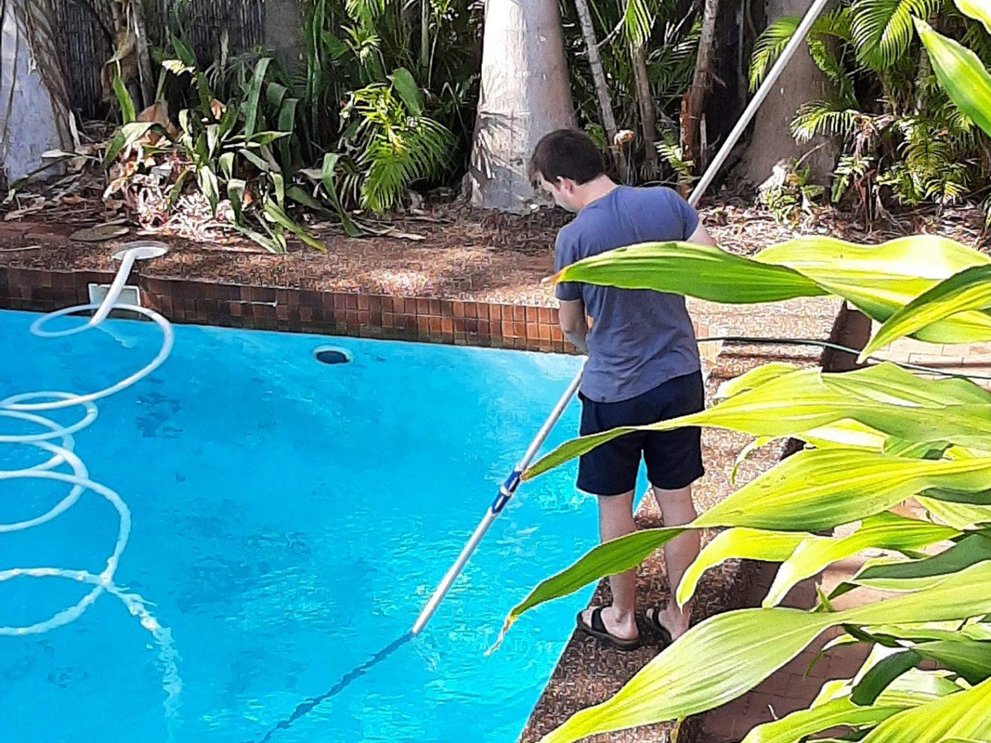 Nieuwe taak erbij: het zwembad schoonmaken