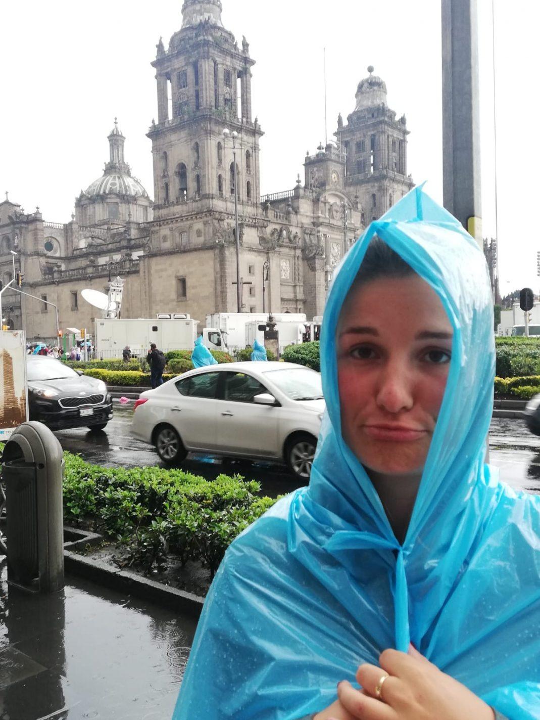Richting de Metropolitaans Kathedraal in mijn poncho