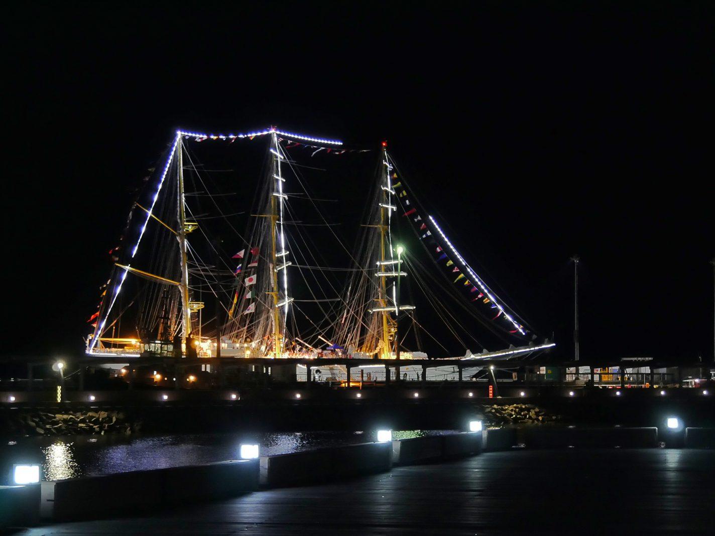 Toevallig stond er ook nog een mooi verlicht zeilschip - Tropical Light in Darwin