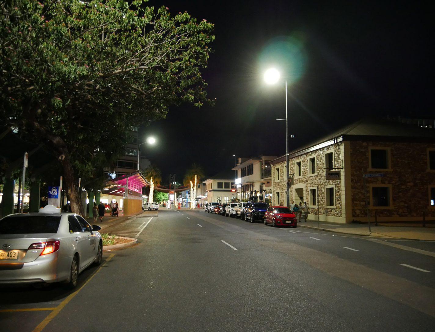 Een van de hoofdstraten in Darwin (by night)