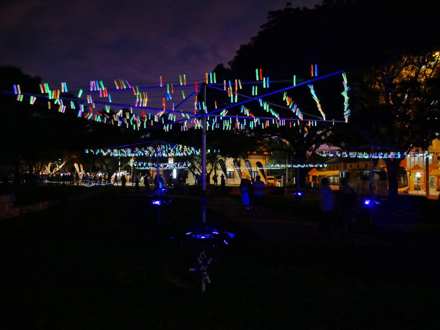 Wasmolens vol met verlichte wasknijpers - Bruce Munro