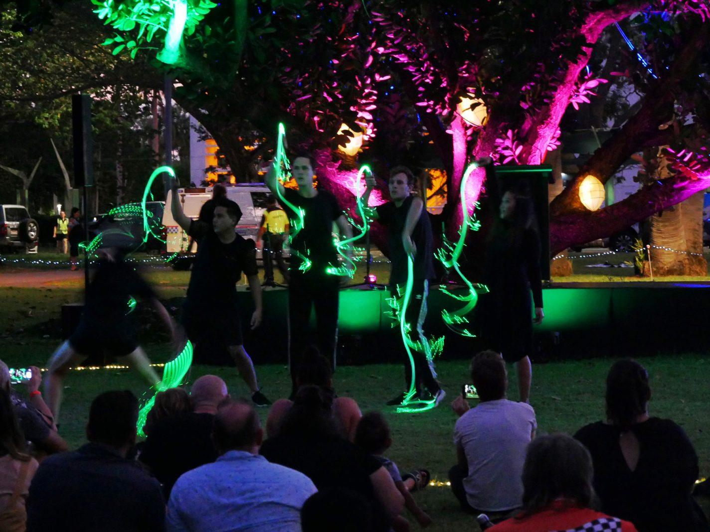 Lokale dansact die de tropische seizoenen uitbeelden