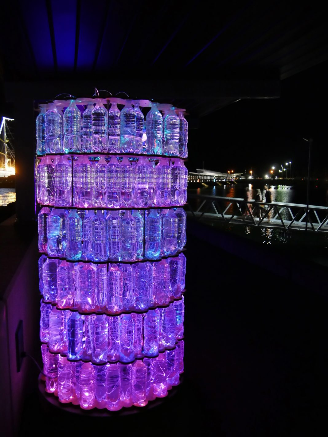 Duizenden verlichte flesjes bij Waterfront