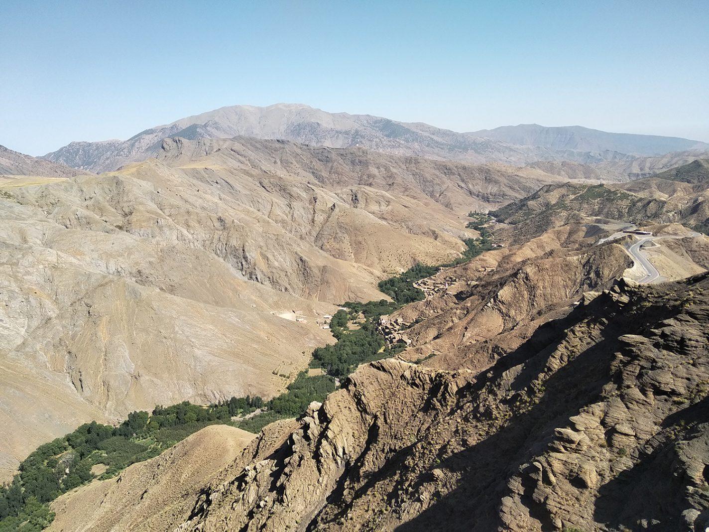 Uitzicht vanaf de hoogste bergpas in Marokko