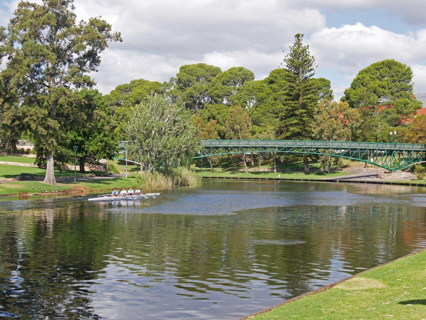 Roeiers op de rivier in Adelaide