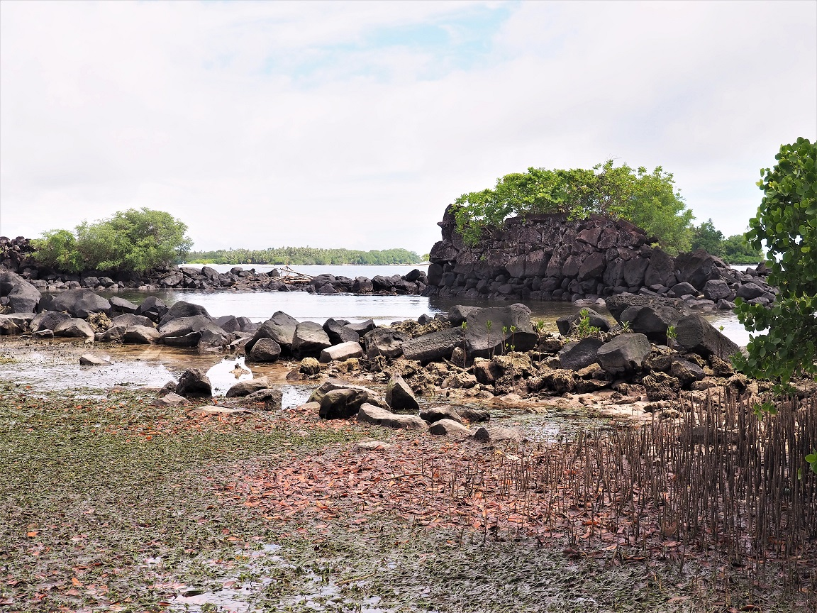 De lagoon ligt vol met brokstukken van Nan Madol