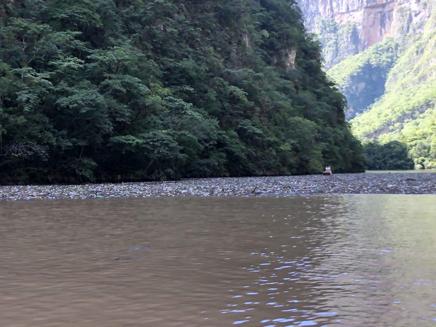 Veel afval in het water - Chiapas in Zuid-Mexico