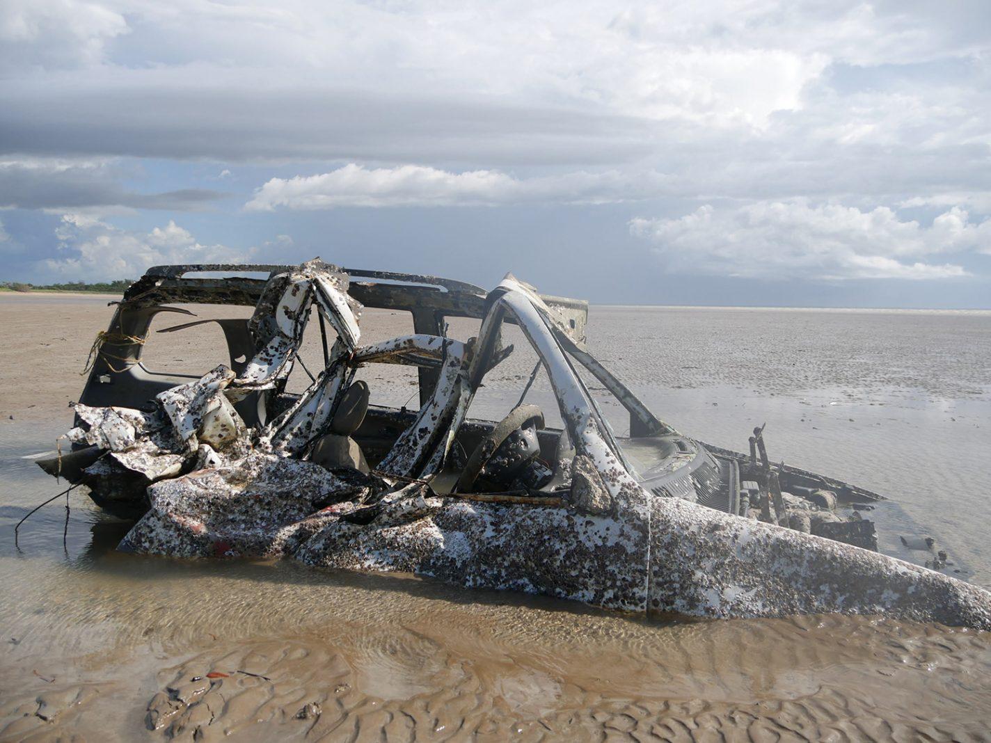 Autowrak ingegraven door de zee