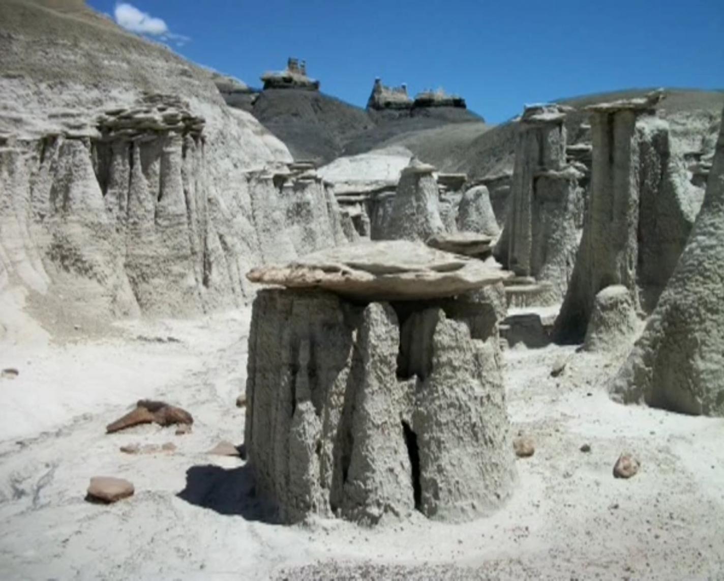 Op deze foto zie je links hoe de hoodoo aan het ontstaan is uit een heuvel van zandsteen. De andere hoodoos maakten ooit deel uit van een groter geheel
