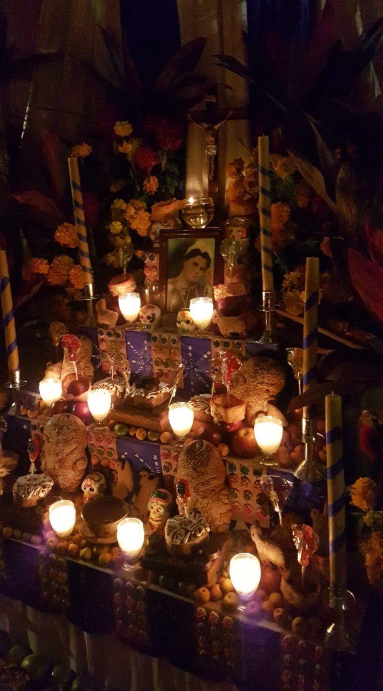 Kaarsjes branden tijdens Día de Muertos