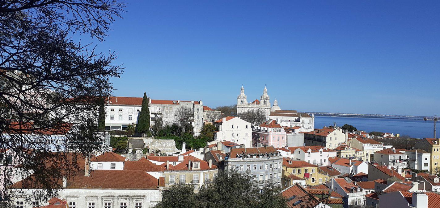 Uitzicht vanaf terras bij Miradouro das Portas do Sol - handige tips Lissabon