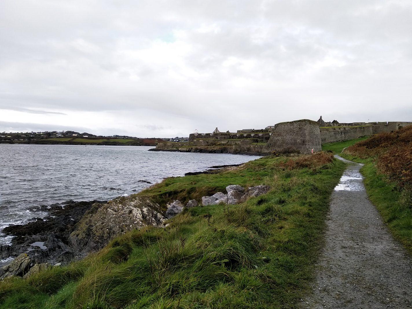 Wandelen langs het water (fort en kinsale op achtergrond)