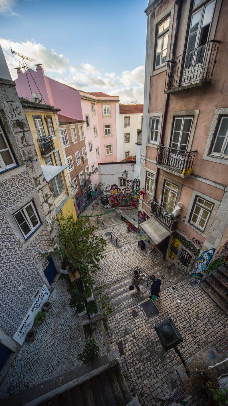 Klimmen en dalen in een wirwar van steegjes in Bairro Alto - handige tips Lissabon
