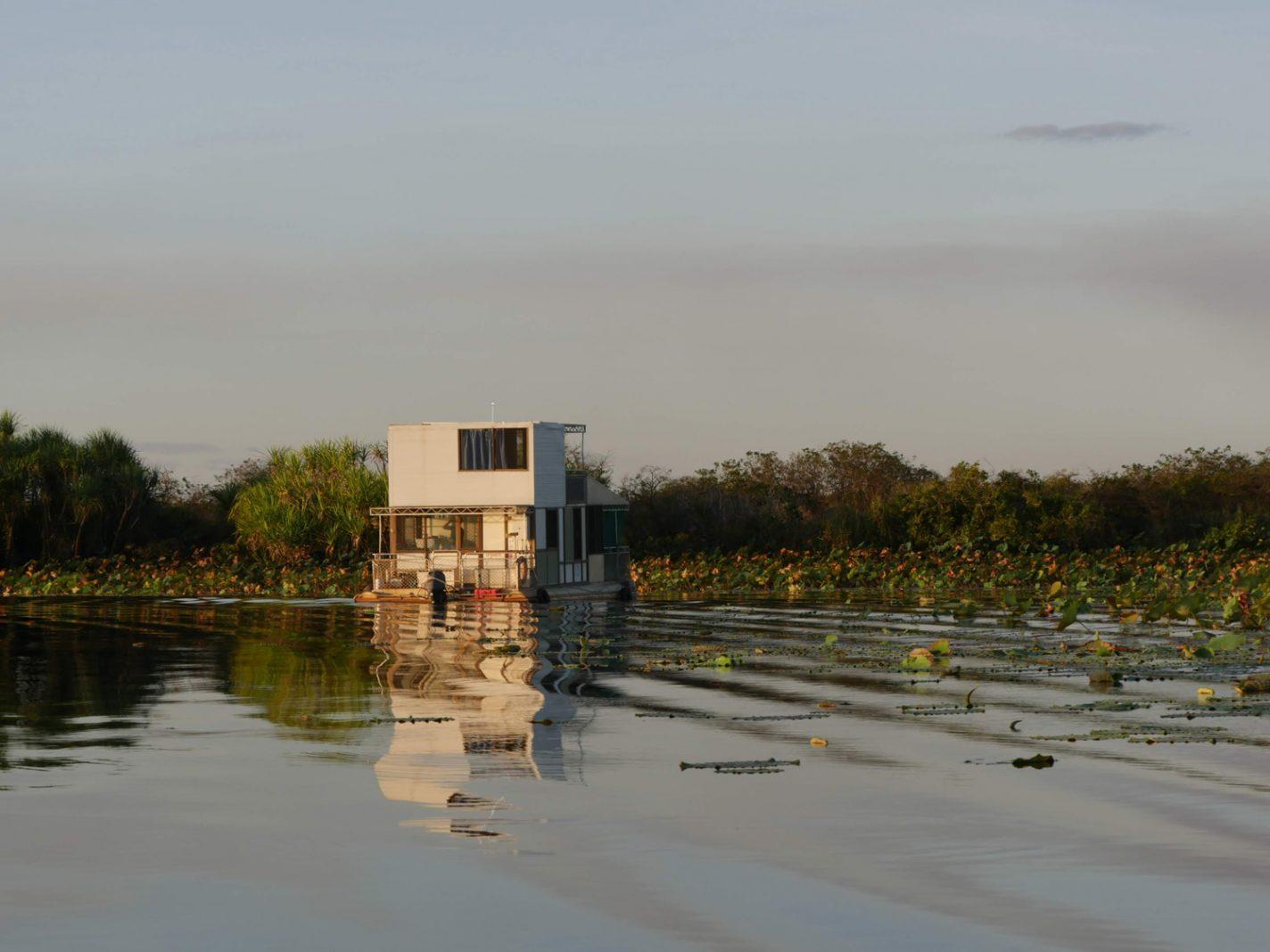Je kunt ook zelf een boot huren en overnachten tussen de krokodillen