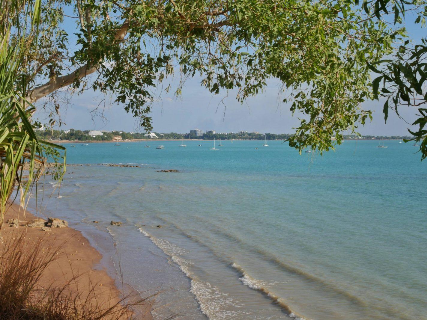 Prachtig blauw water bij Fannie Bay