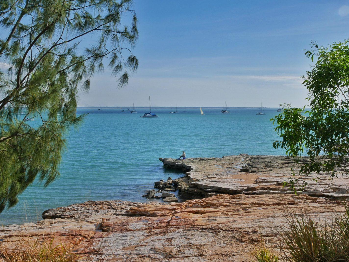Zeilbootjes en visser bij Fannie Bay in Darwin