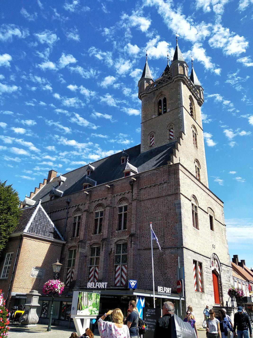 Belfort wat tegenwoordig dient als stadhuis